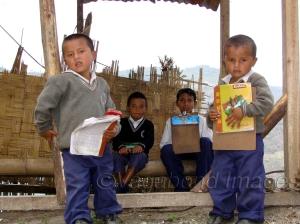 स्कूल जाने के लिए बस का इंतजार करते बच्चे