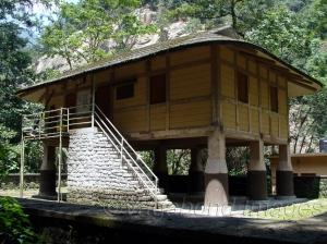 मंगन के निकट नाम्प्रिकदाम में तीस्ता नदी के किनारे एक लेपचा हाउस