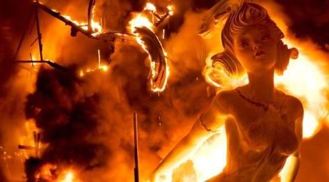 'Falla' papier-maché figure in flames on the 'Nit del Foc'. Valencia © Turespaña