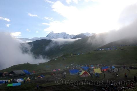 बेदनी बुग्याल और पीछे त्रिशूल पर्वत
